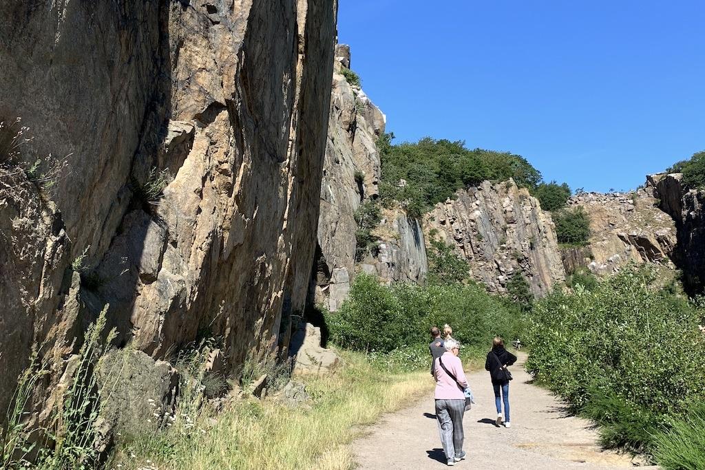 Opalsøen høje klippevægge