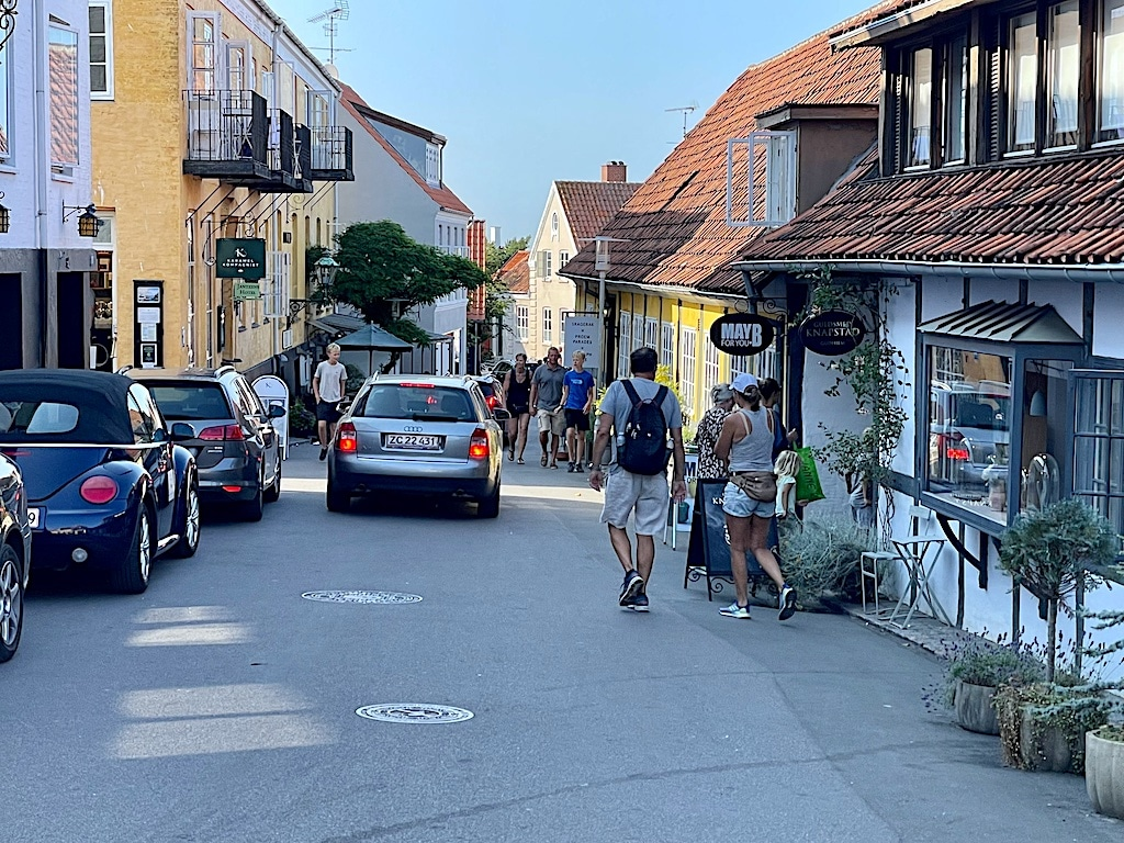 parkering i de stejle gader i Gudhjem